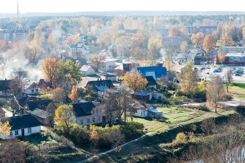 Vista aérea da cidade rural em latvia valmiera foto de stock
