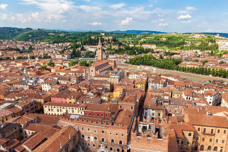Vista aérea da cidade Verona com telhados vermelhos, Itália fotografia de stock