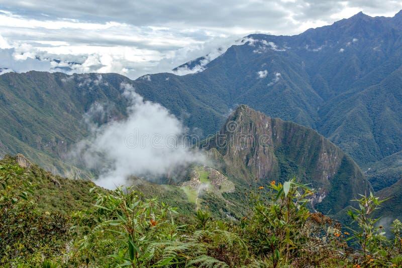 Vista aérea da citadela do Inca de Machu Picchu nas nuvens, situada em um cume da montanha acima do vale sagrado imagens de stock royalty free