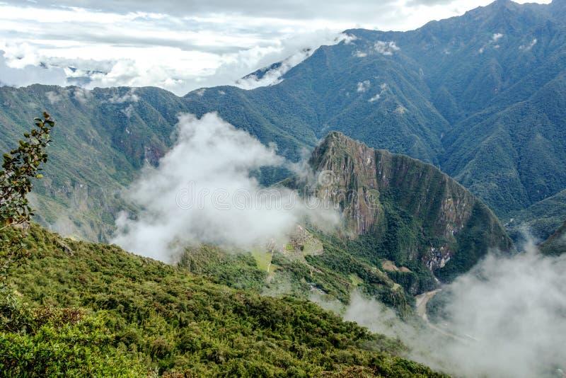 Vista aérea da citadela do Inca de Machu Picchu nas nuvens, situada em um cume da montanha acima do vale sagrado fotografia de stock royalty free