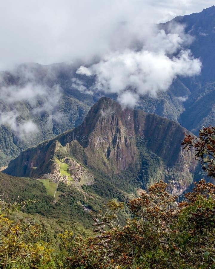 Vista aérea da citadela do Inca de Machu Picchu nas nuvens, situada em um cume da montanha acima do vale sagrado fotos de stock royalty free