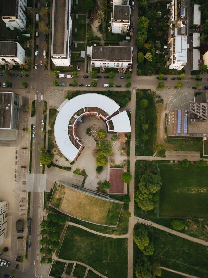 vista aérea da construção redonda na cidade europeia moderna, Kyiv, Ucrânia imagens de stock