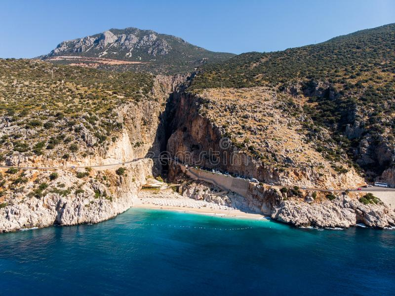 Vista aérea da costa mediterrânea turca da praia de Kaputas na província Kas/Turquia de Antalya foto de stock