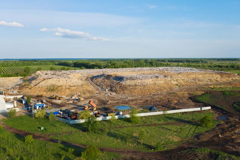 Vista aérea da descarga ou da operação de descarga da cidade Pilha do lixo plástico, do desperdício de alimento e do outro lixo C fotos de stock