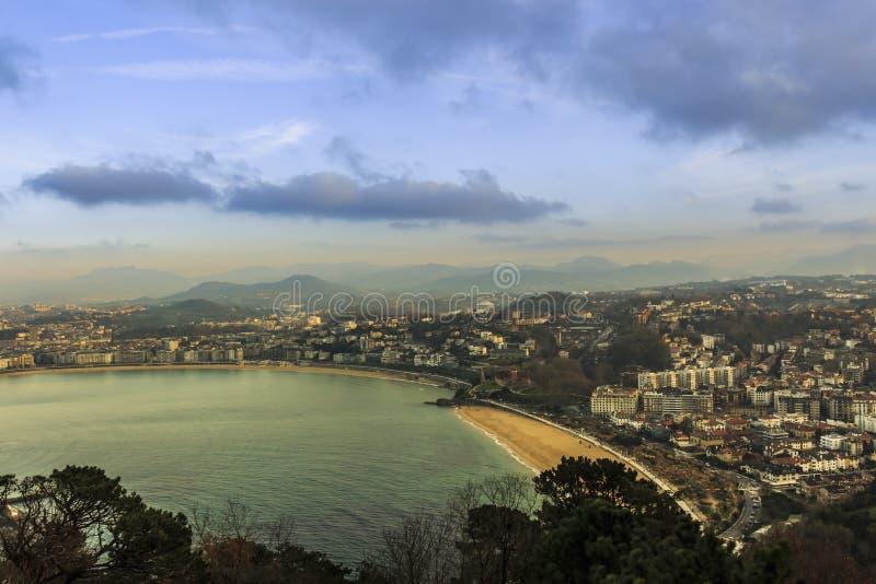 Vista aérea da estância turística de San Sebastian no país Basque montanhoso fotografia de stock royalty free