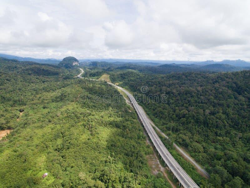 Vista aérea da estrada central situada em lipis de kuala, pahang do CSR da estrada da espinha, malaysia imagem de stock