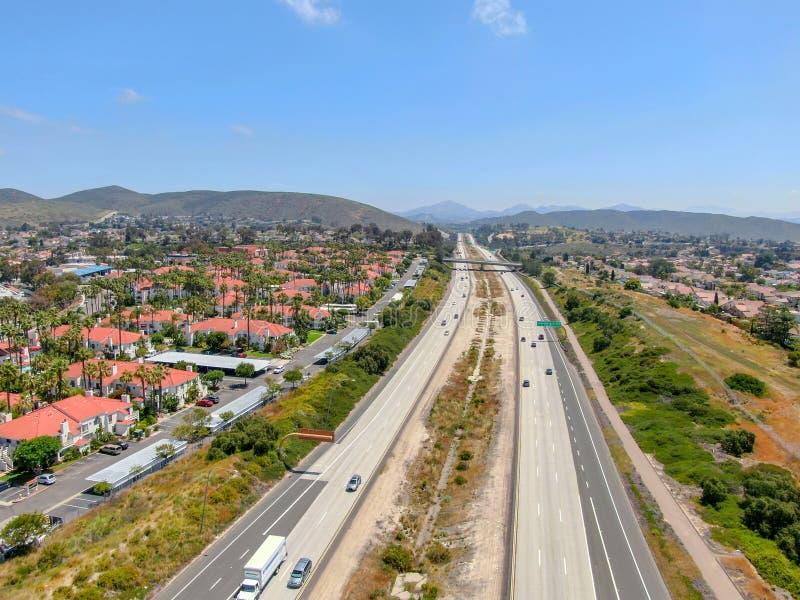 Vista aérea da estrada cercada pela casa de campo com piscina foto de stock royalty free