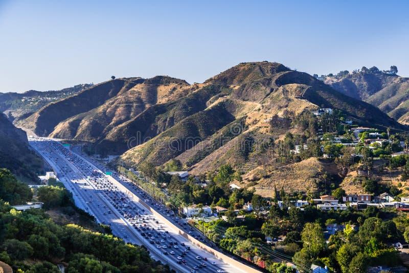 Vista aérea da estrada 405 com trânsito intenso; os montes da vizinhança de Bel Air no fundo; Los Angeles, Califórnia imagem de stock