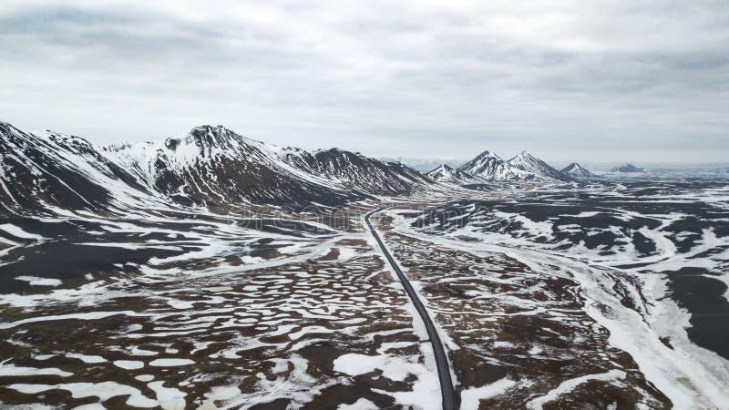 Vista aérea da estrada da estrada em Islândia com tampa abstrata do campo da paisagem com neve/paisagem abstrata /roa do fundo/in imagem de stock