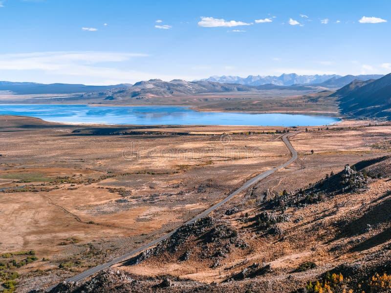 Vista aérea da estrada entre serras altas e o mono lago fotos de stock