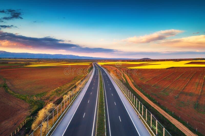Vista aérea da estrada no por do sol Fundo do transporte Paisagem com a estrada perto dos campos do campo imagens de stock