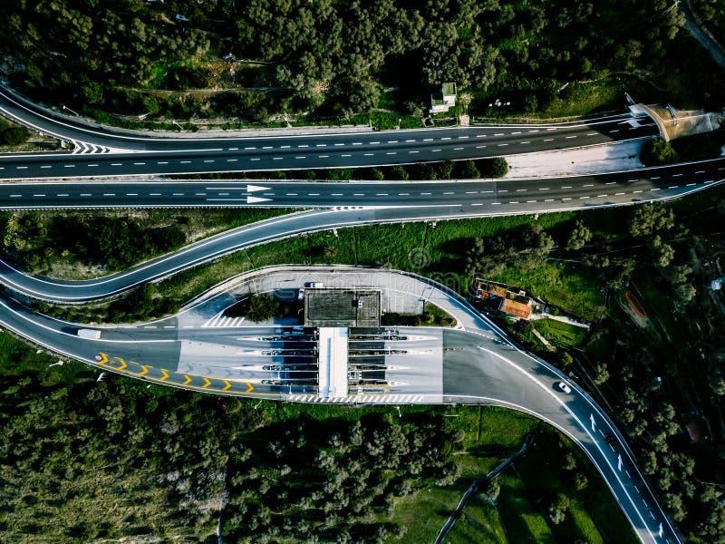 Vista aérea da estrada, da via expressa e da estrada com um ponto do pagamento do pedágio em Itália fotos de stock royalty free
