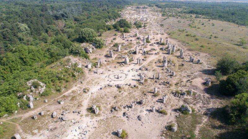 Vista aérea da floresta de pedra perto de Varna, Bulgária, kamani de Pobiti, fenômeno da rocha fotografia de stock royalty free