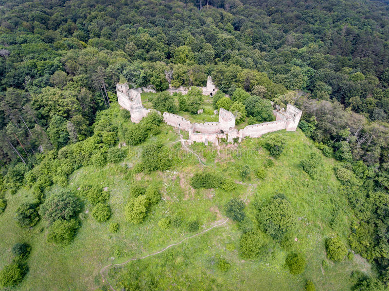Vista aérea da fortaleza de Saschiz na vila saxona de Saschiz, Transy imagens de stock royalty free