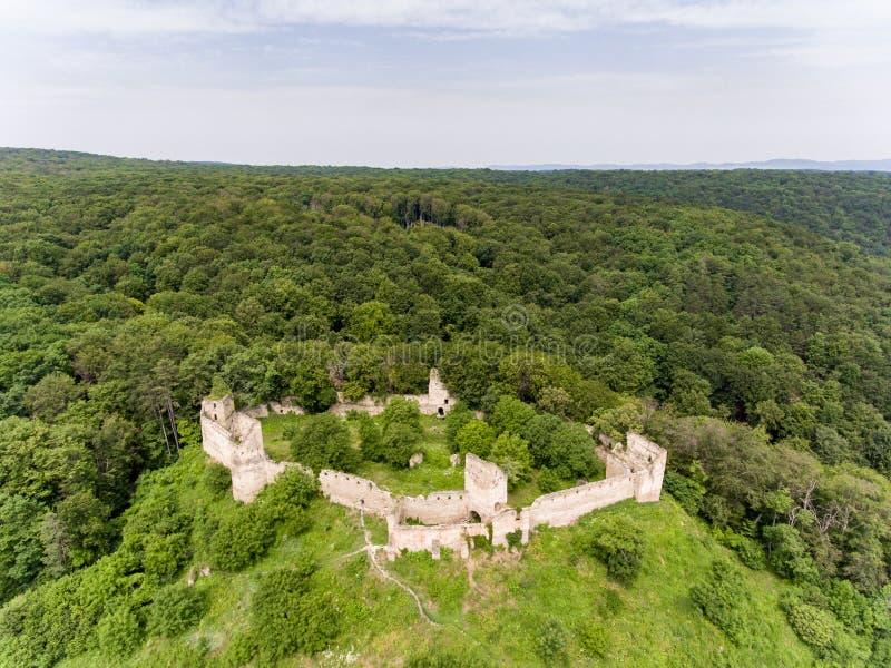 Vista aérea da fortaleza de Saschiz na vila saxona de Saschiz, Transy imagem de stock