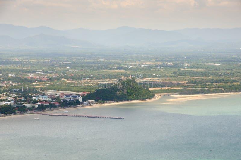 Vista aérea da frente marítima da baía de Prachuap, da cidade de Prachuap e do templo budista tailandês de Wat Khao Chong Kaeo em fotos de stock
