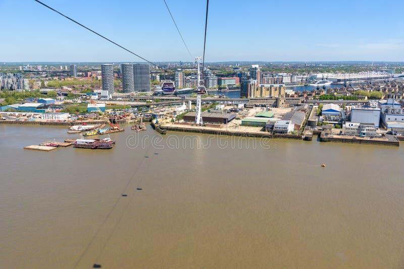 Vista aérea da gôndola da linha de ar dos emirados em Londres imagem de stock royalty free