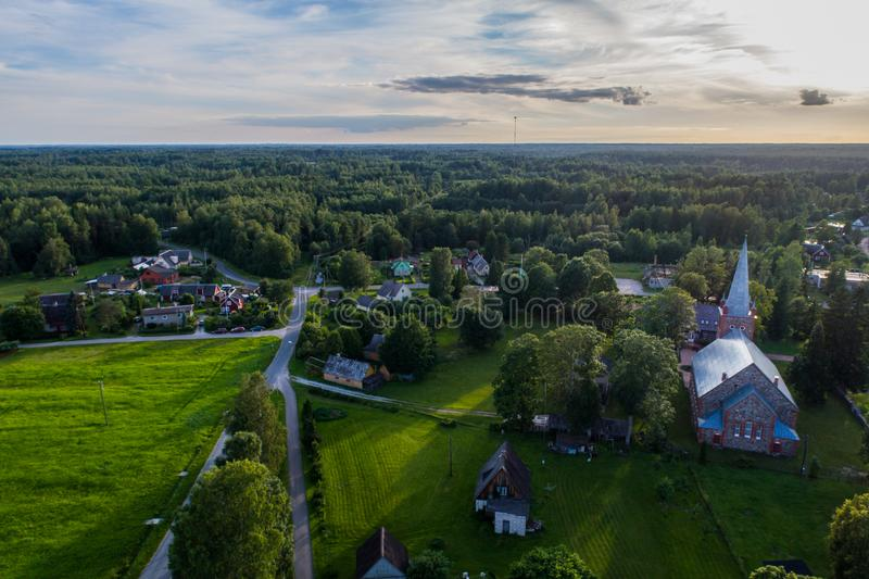 Vista aérea da igreja Católica no por do sol Por do sol bonito no campo imagens de stock royalty free
