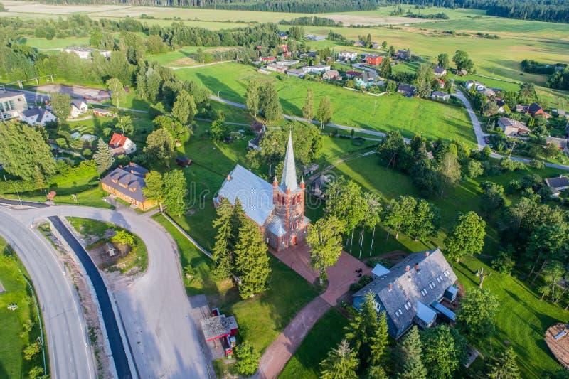 Vista aérea da igreja Católica no por do sol Por do sol bonito no campo foto de stock