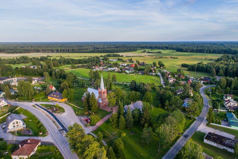 Vista aérea da igreja Católica no por do sol Por do sol bonito no campo fotografia de stock royalty free