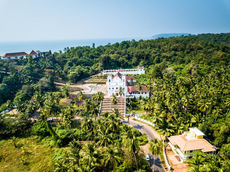 Vista aérea da igreja de Reis Magos na Índia de Goa fotos de stock royalty free