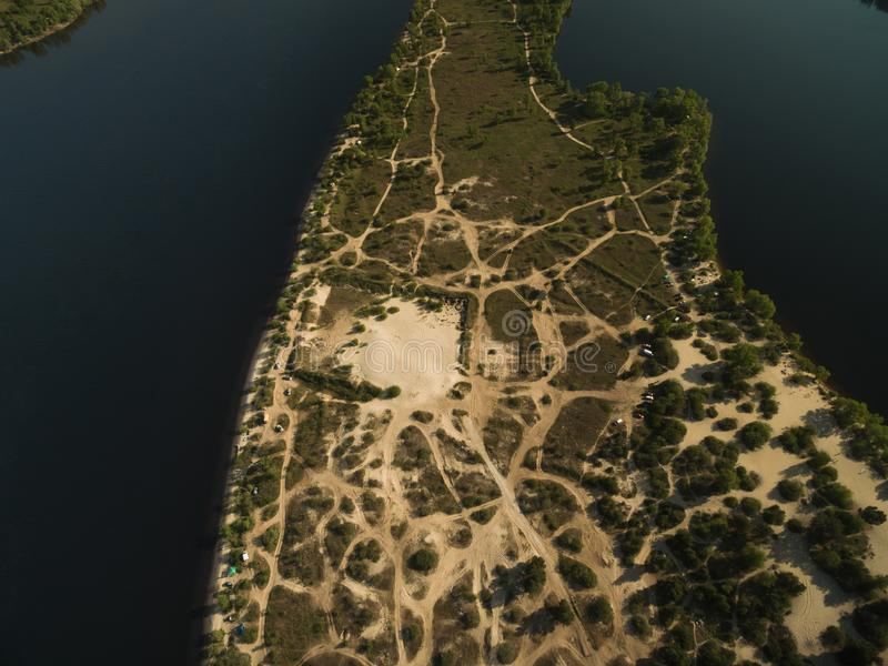 vista aérea da ilha arenosa no meio do rio fotos de stock royalty free