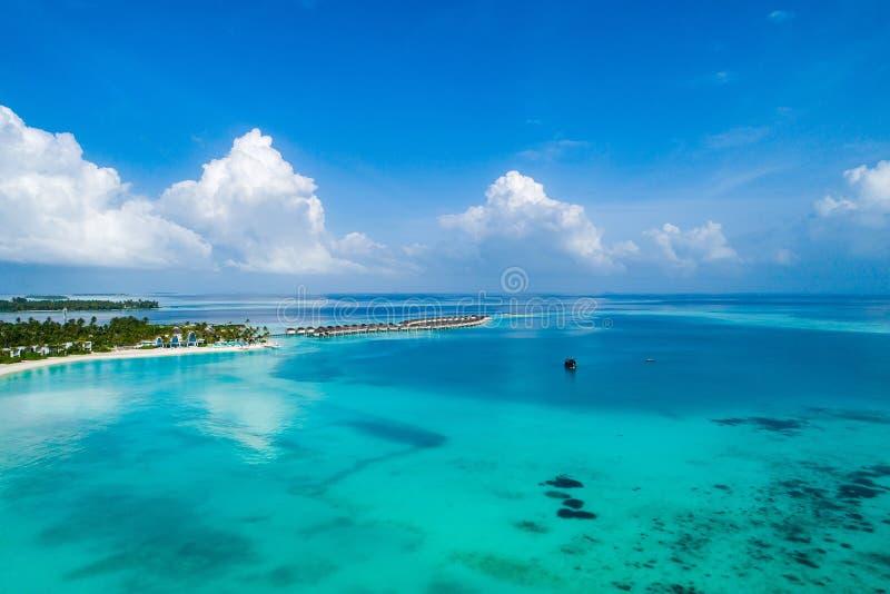 Vista aérea da ilha bonita em Maldivas no Oceano Índico Vista superior do zang?o foto de stock royalty free