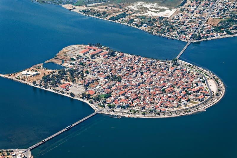 Vista aérea da ilha-cidade de Aitoliko, dentro do lago de Aitoliko fotografia de stock