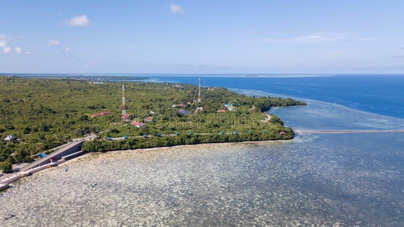 Vista aérea da ilha com torre de comunicação foto de stock