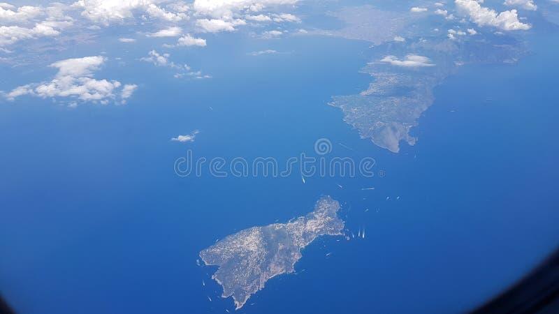 Vista aérea da ilha de Capri e da costa Itália de Amalfi imagens de stock royalty free
