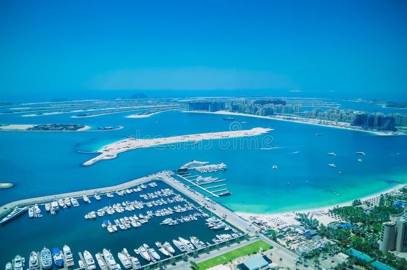 Vista aérea da ilha de Jumeirah da palma com os iate luxuosos na parte dianteira fotos de stock royalty free