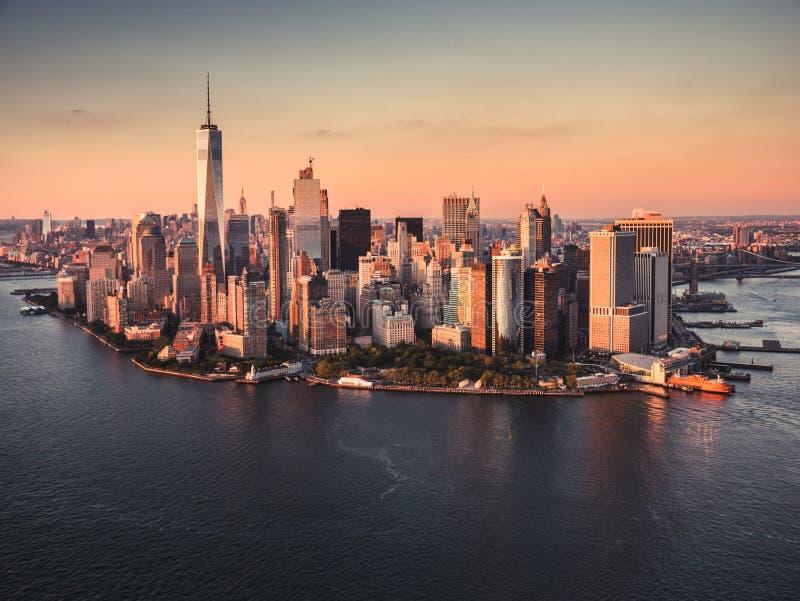 Vista aérea da ilha de Manhattan no crepúsculo imagem de stock royalty free