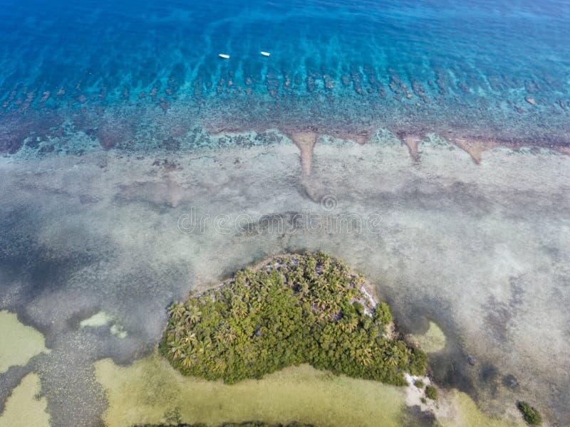 Vista aérea da ilha e do recife de coral das caraíbas fotos de stock