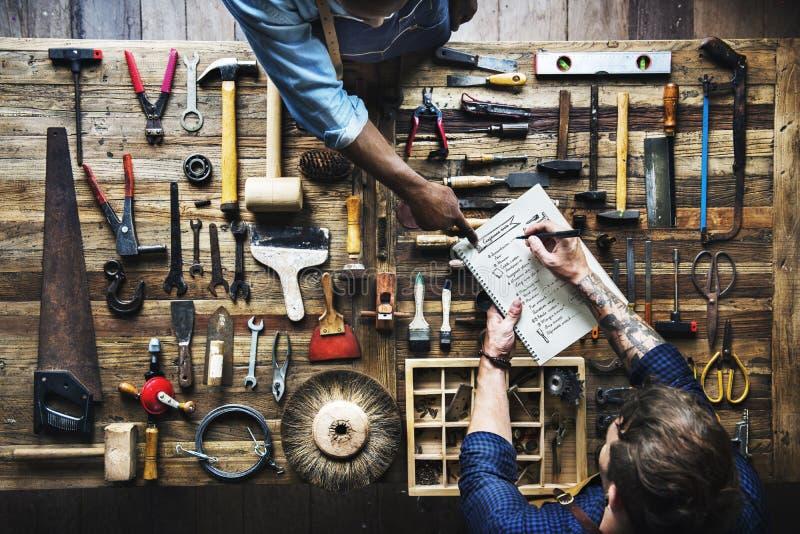 Vista aérea da lista do homem do carpinteiro que verifica o equipamento das ferramentas fotografia de stock royalty free