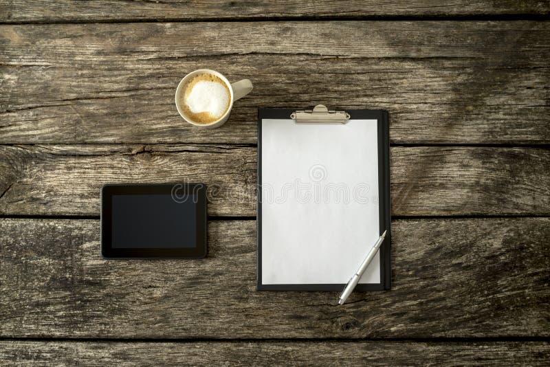 Vista aérea da mesa de madeira rústica textured do estudo ou de escritório imagem de stock royalty free