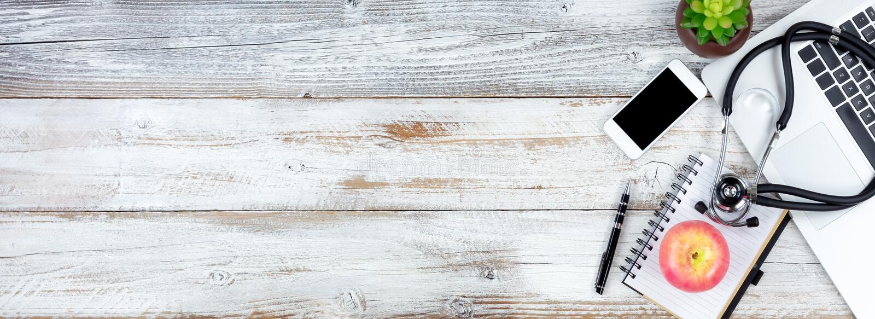 Vista aérea da mesa rústica branca com artigos médicos e dos cuidados médicos imagem de stock