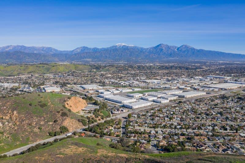 Vista aérea da montagem mt Baldy com alguma construção na área de Pomona fotografia de stock