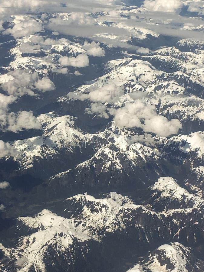 A vista aérea da montanha coberto de neve cobre foto de stock
