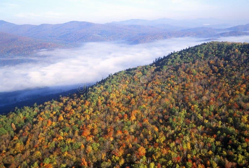Vista aérea da névoa da manhã sobre as montanhas perto de Stowe, VT no outono ao longo da rota cênico 100 fotos de stock royalty free