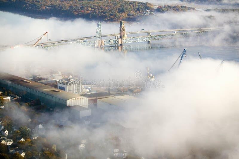 A vista aérea da névoa sobre o ferro do banho trabalha e rio Kennebec em Maine Os trabalhos do ferro do banho são um líder no pro foto de stock royalty free