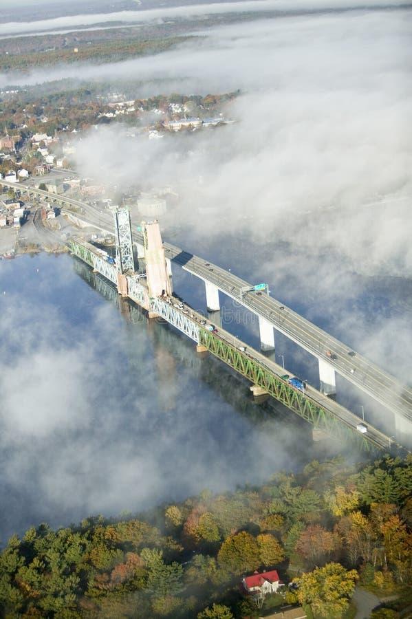 A vista aérea da névoa sobre o ferro do banho trabalha e rio Kennebec em Maine Os trabalhos do ferro do banho são um líder no pro fotografia de stock