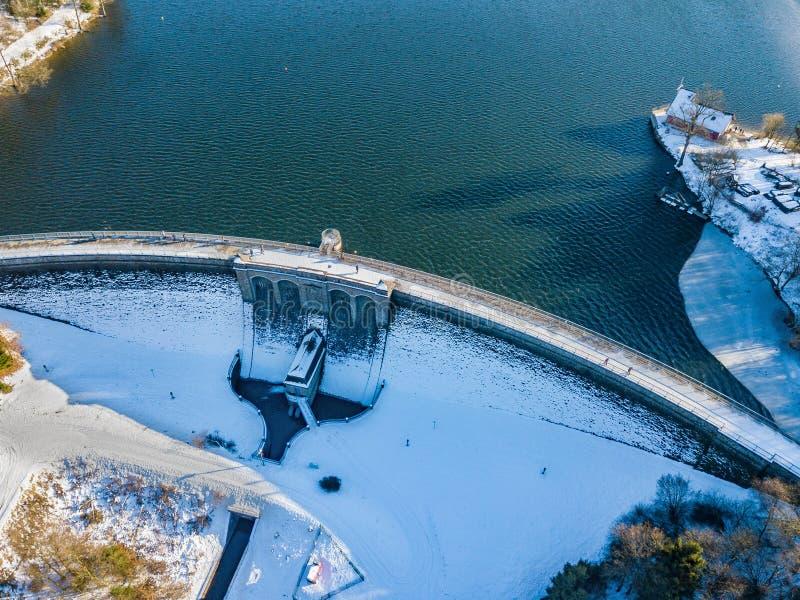Vista aérea da parede da represa de Brucher perto de Marienheide no inverno fotografia de stock royalty free