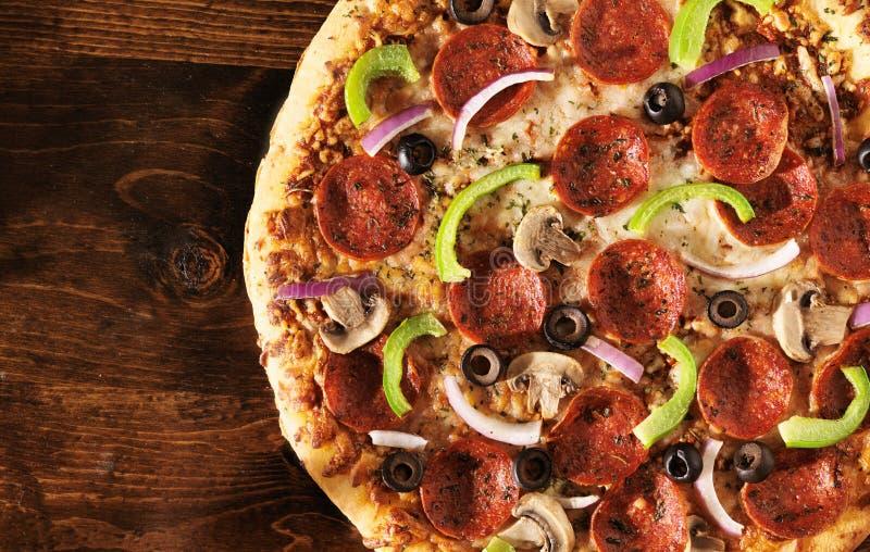 Vista aérea da pizza com coberturas supremas imagem de stock