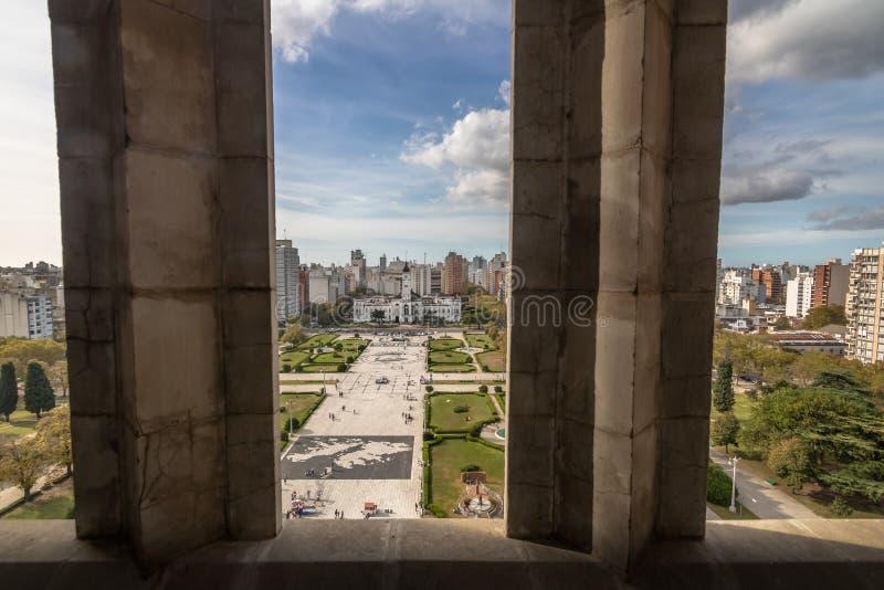 A vista aérea da plaza Moreno e o palácio municipal da catedral elevam-se - La Plata, província de Buenos Aires, Argentina fotos de stock