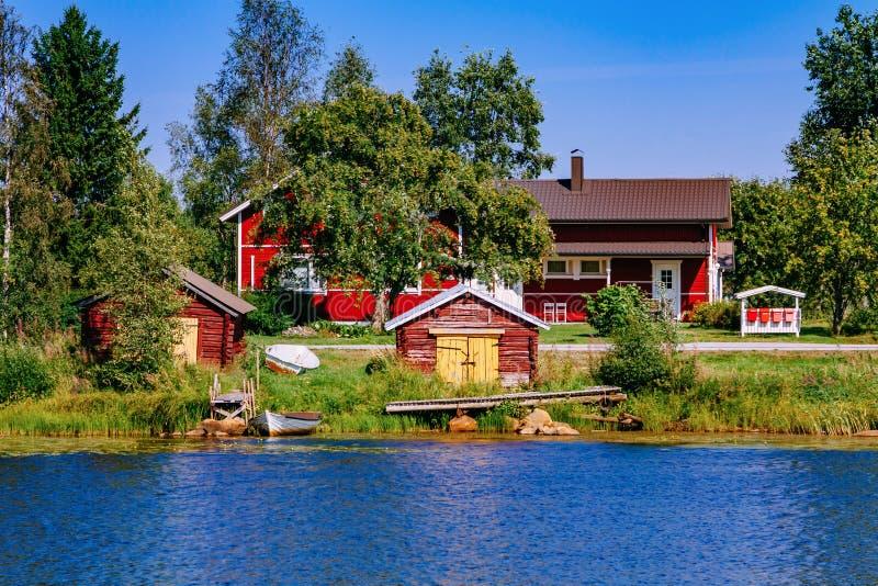 Vista aérea da ponte através do lago azul na paisagem do verão em Finlandia fotografia de stock