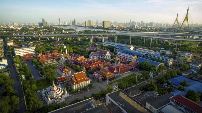 Vista aérea da ponte do bhumibol e do rio do chaopraya no samuthprakarn - Banguecoque Tailândia imagem de stock royalty free