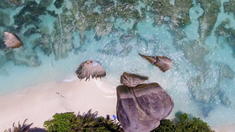 Vista aérea da praia bonita da ilha com os povos que inclinam-se em t imagens de stock royalty free