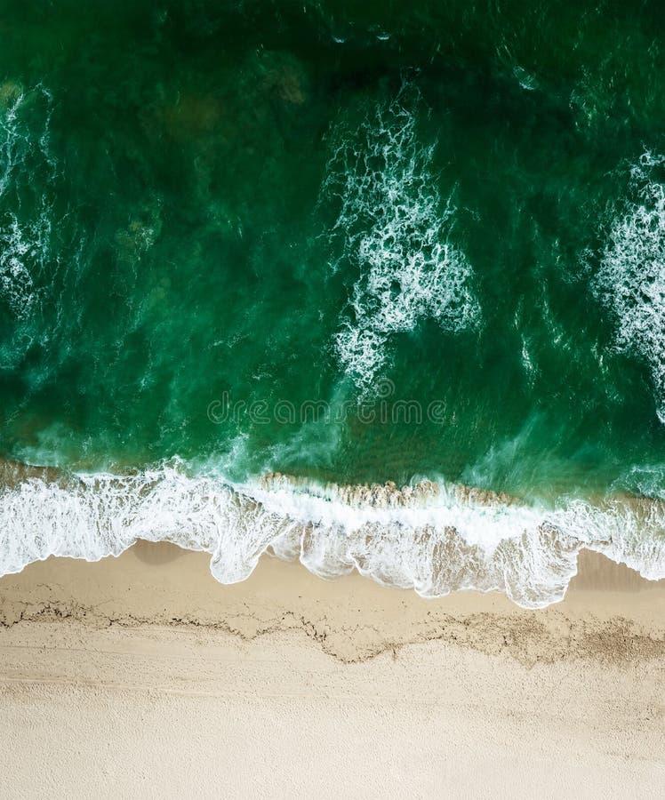 Vista aérea da praia com mar foto de stock