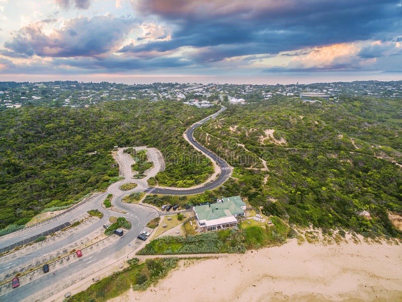 Vista aérea da praia da parte traseira de Sorrento com estrada de enrolamento e todo o SMI fotografia de stock royalty free