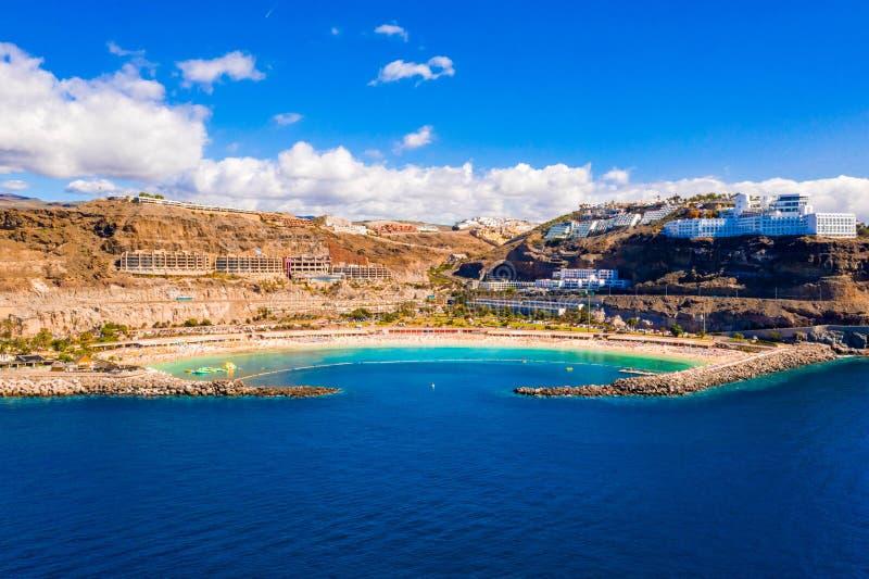 Vista aérea da praia de Amadores na ilha de Gran Canaria na Espanha imagem de stock royalty free